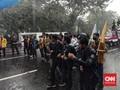 Mahasiswa Bertahan Demo Jokowi di Bawah Guyuran Hujan