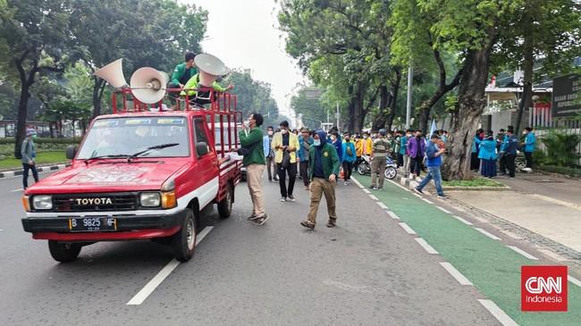 Massa Mahasiswa Bakar Ban di Patung Kuda, Polisi Wanti-wanti