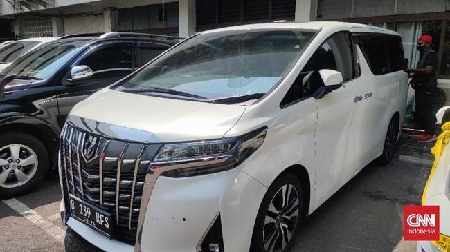 Pelat RFS Rachel Vennya Kini Dipasang di Mobil Toyota Alphard Putih