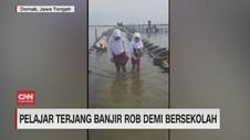 VIDEO: Pelajar Terjang Banjir Rob Demi Bersekolah