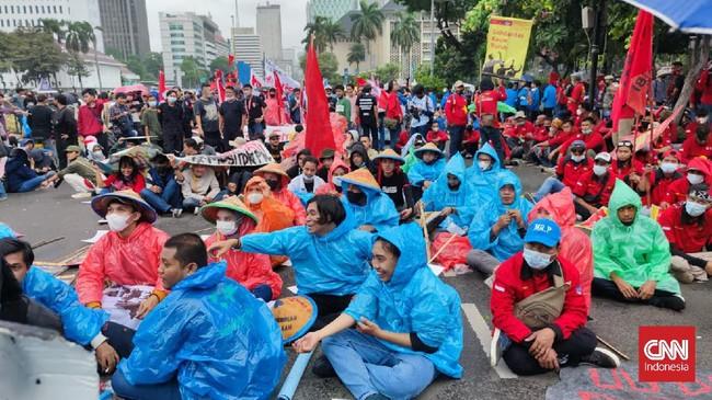 Massa Aksi Tuntut Jokowi Mundur Bertahan di Tengah Hujan